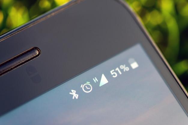 Ícones na bateria do telefone móvel, bluetooth, despertador, rede Foto Premium