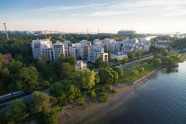 Ideia aérea do complexo residencial no parque na ilha de krestovsky em st petersburg, rússia. o rio corre nas proximidades, é cercado por um parque verde. 4k Foto Premium