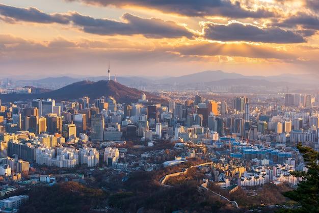 Ideia aérea do por do sol na skyline da cidade de seoul, coreia do sul. Foto Premium