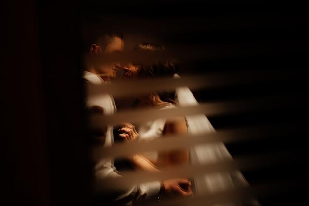 Idéia criativa foto de fotografia de casamento com reflexão. noiva e noivo iluminado por luzes. Foto Premium