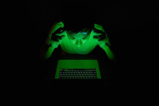 Idéia de homem de negócios trabalhar duro, síndrome de escritório, com computação de ti Foto Premium