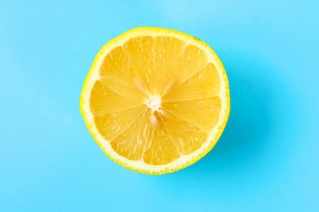 Ideia superior de uma fatia alaranjada de uma fruta no fundo brilhante na cor pastel. Foto Premium