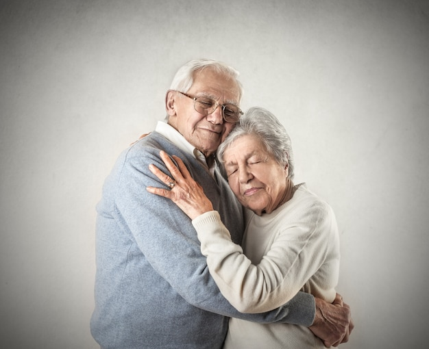 Idosos abraçando Foto Premium
