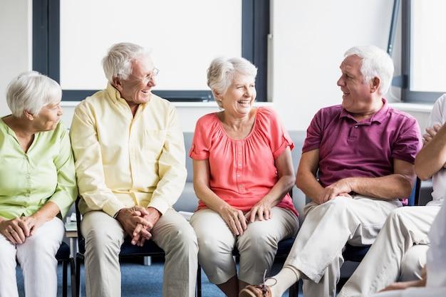 Idosos conversando entre si | Foto Premium