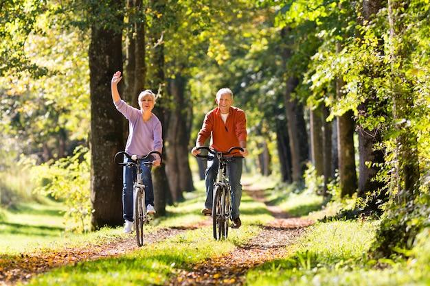 Idosos exercitar com bicicleta Foto Premium