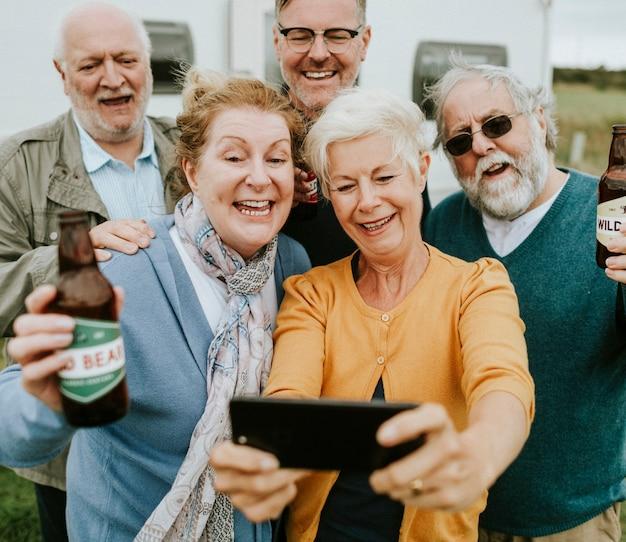 Idosos felizes tomando uma selfie Foto Premium