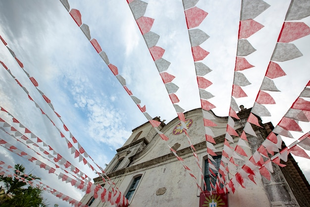 Igreja barroca decorada com bandeiras de festa junina Foto Premium