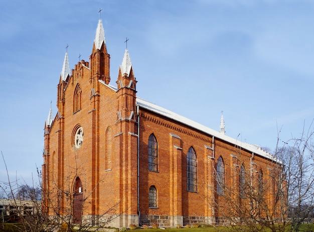 Igreja católica de st. andrew, vila de naroch, região de minsk, bielorrússia. Foto Premium