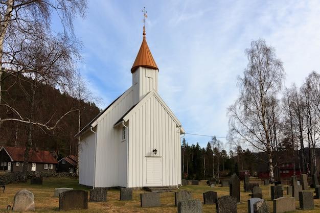 Igreja de madeira muito pequena em hillestad em tovdal, aust-agder noruega Foto Premium