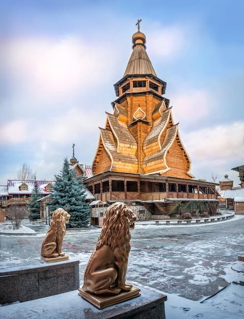 Igreja de são nicolau no kremlin izmailovsky em moscou e estátuas de leões dourados em uma ensolarada noite de inverno Foto Premium