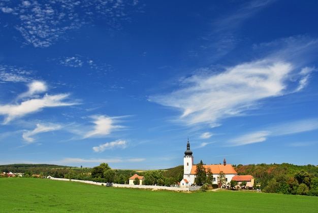 Igreja do st. micholas em oslavany, república checa. bela igreja velha. arquitetura-monumento. Foto gratuita