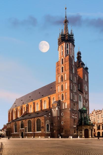 Igreja gótica de santa maria em cracóvia Foto Premium