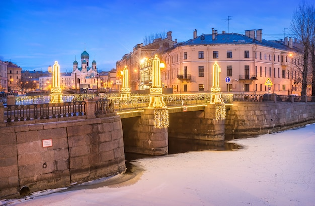 Igreja isidorovskaya e ponte pikalov em são petersburgo Foto Premium