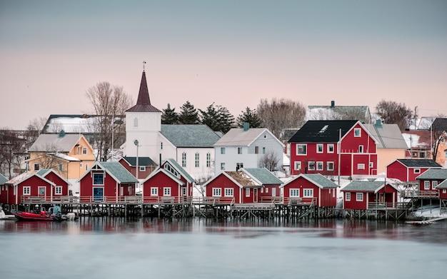 Igreja na aldeia nórdica no litoral em reine Foto Premium