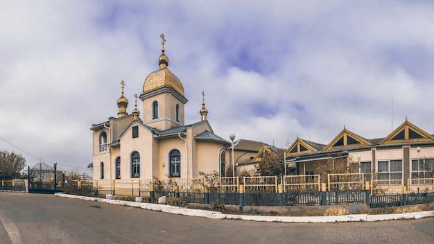 Igreja ortodoxa de pequena aldeia Foto Premium