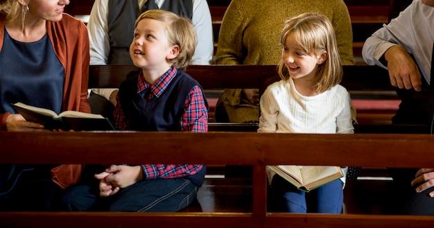 Igreja pessoas acreditam fé religiosa família Foto Premium