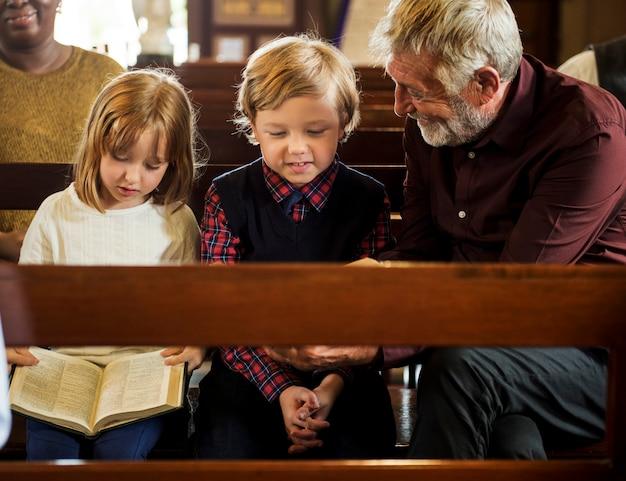 Igreja pessoas acreditam fé religiosa Foto Premium