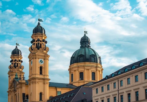 Igreja theatina sob a luz do sol e céu nublado em munique, alemanha Foto gratuita