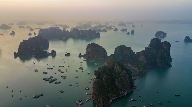 Ilha da rocha da vista aérea na cidade da baía de halong Foto Premium