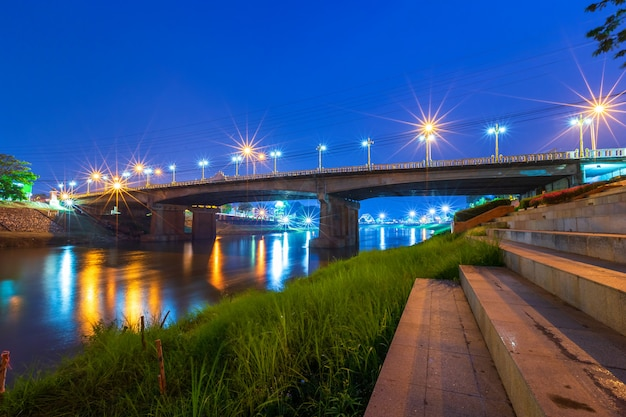 Ilumine no rio de nan na noite na ponte (ponte de naresuan) na cidade tailândia de phitsanulok. Foto Premium