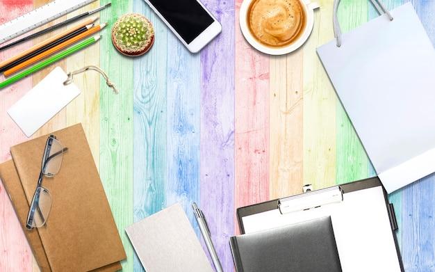 Ilustração de negócios, marketing e educação na mesa de madeira com espaço de cópia para o seu texto ou produto. Foto gratuita