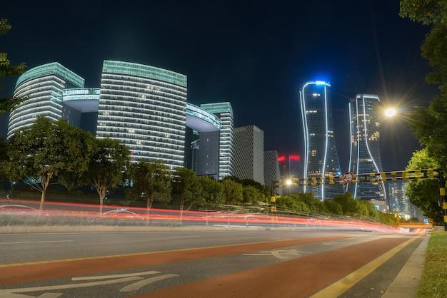 Imagem abstrata do movimento borrão de carros na estrada da cidade à noite, arquitetura urbana moderna Foto Premium
