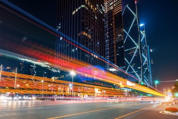 Imagem abstrata do movimento borrão de carros na estrada da cidade à noite Foto Premium