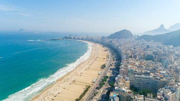 Imagem aérea da praia de copacabana, no rio de janeiro. brasil. Foto Premium