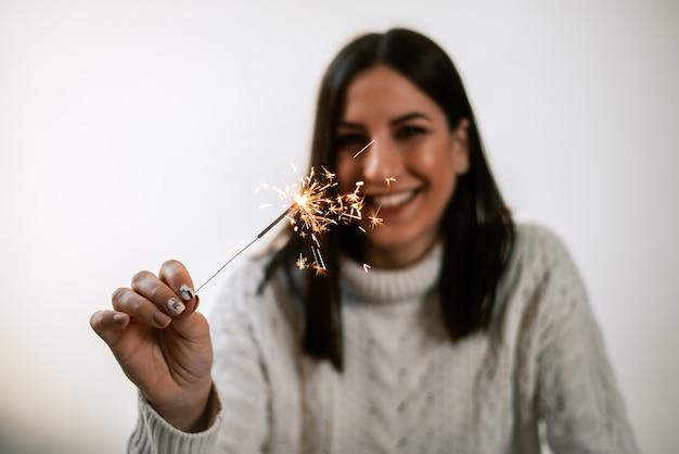 Imagem borrada da mulher que guarda luzes de bengal. Foto Premium