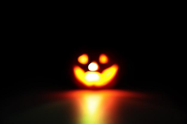 Imagem borrada de abóbora de halloween em preto com filtro escuro Foto Premium