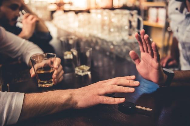 Imagem colhida de chaves de fala do carro do homem bêbado. Foto Premium
