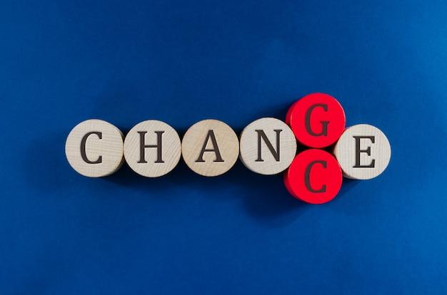 Imagem conceitual da palavra mudança escrita em círculos de madeira, substituindo o penúltimo círculo para soletrar a palavra chance. Foto Premium