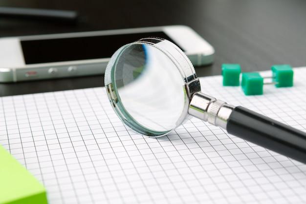 Imagem conceitual representando a realização de uma pesquisa on-line de informações com uma lupa Foto Premium