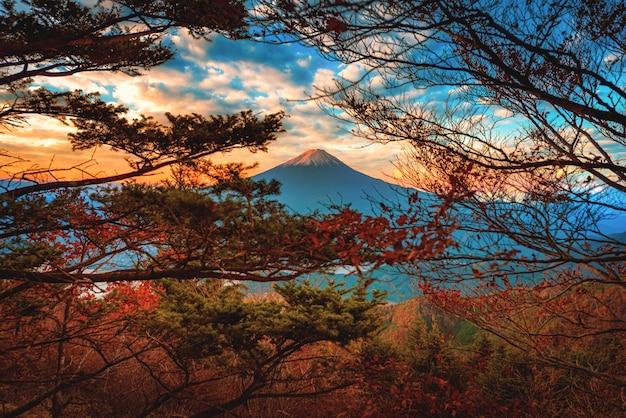 Imagem da paisagem do monte. fuji sobre o lago kawaguchiko com folha do outono no nascer do sol em fujikawaguchiko, japão. Foto Premium