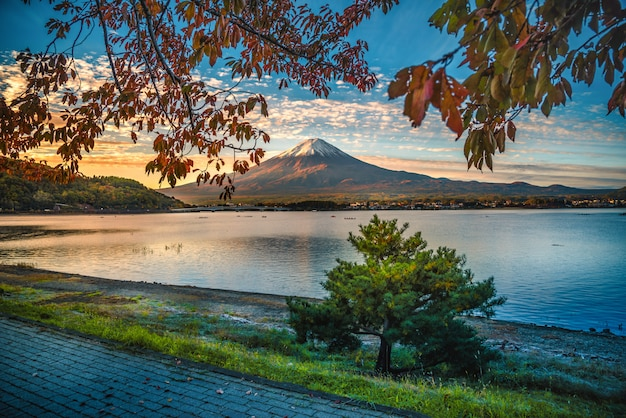 Imagem da paisagem do monte. fuji sobre o lago kawaguchiko com folhagem de outono ao nascer do sol Foto Premium