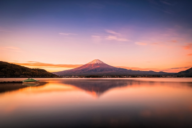 Imagem da paisagem do monte. fuji sobre o lago kawaguchiko no nascer do sol em fujikawaguchiko, japão. Foto Premium