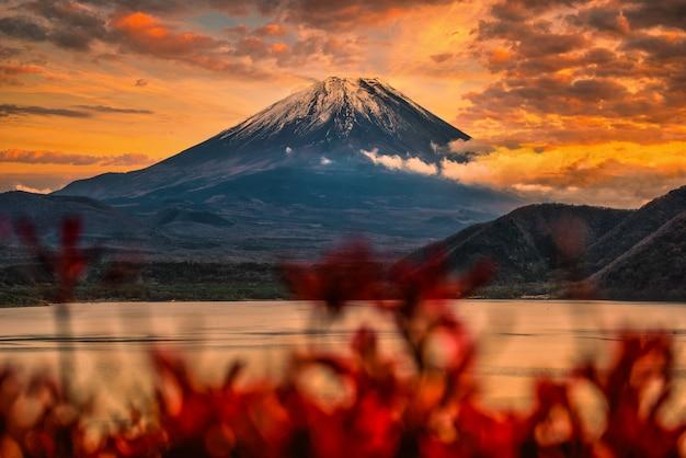 Imagem da paisagem do monte. fuji sobre o lago motosu com folhagem de outono ao pôr do sol em yamanashi, japão Foto Premium