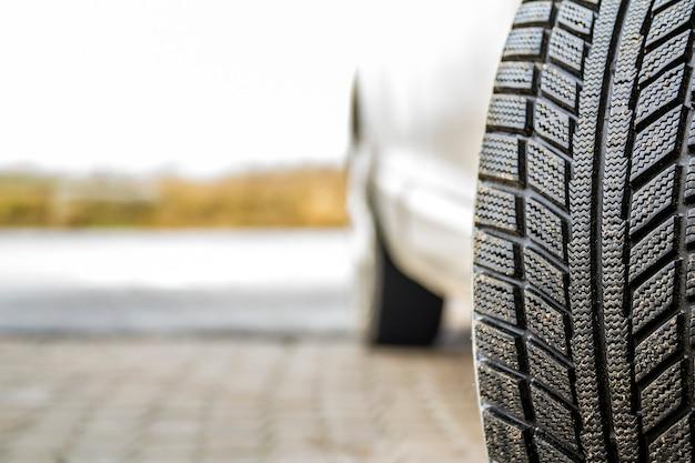 Imagem de close-up da roda do carro com pneu de borracha preto Foto Premium