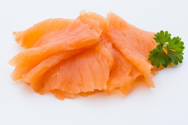 Imagem de close-up de salmão defumado, estúdio isolado no fundo branco. Foto Premium