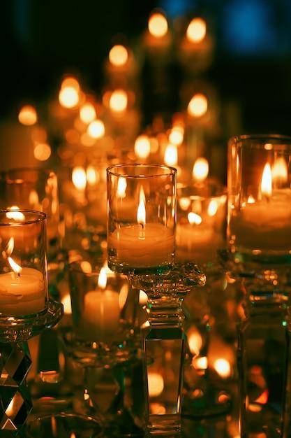 Imagem de conto de fadas de queimar velas no escuro Foto gratuita