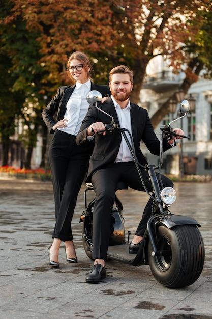 Imagem de corpo inteiro de negócios sorridente posando de casal Foto gratuita