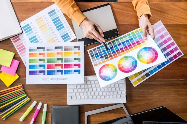 Imagem de designer gráfico criativo trabalhando na seleção de cores e desenho na mesa digitalizadora Foto Premium