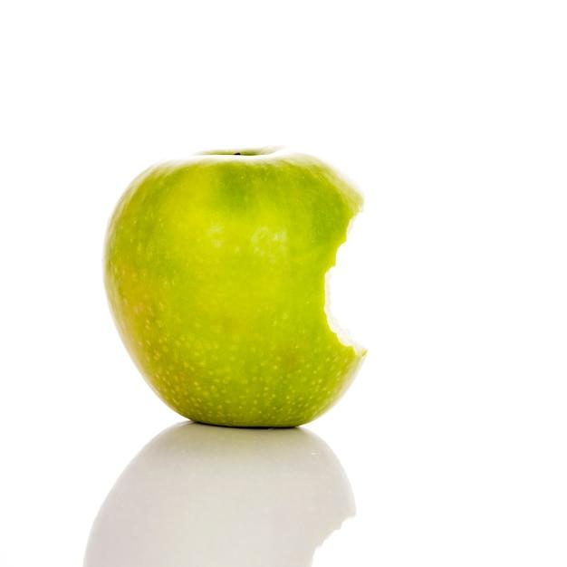 Imagem de maçã verde mordida em um fundo branco Foto gratuita