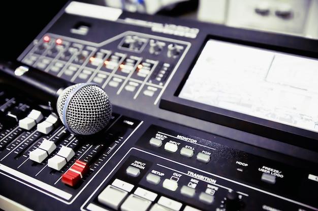 Imagem de microfone na sala de estúdio. Foto Premium