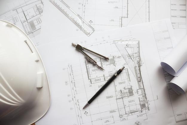 Imagem de objetos de engenharia na visão superior do local de trabalho. conceito de construção. ferramentas de engenharia. tom padrão de filtro retroiluminado, foco suave (foco seletivo) Foto gratuita