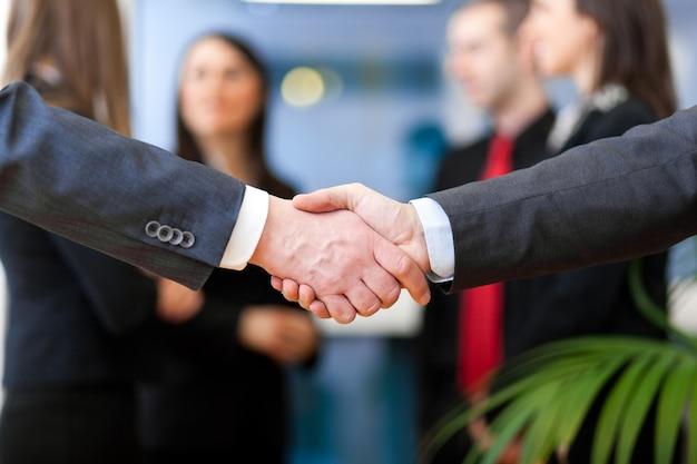 Imagem de parceiros de negócios aperto de mão na assinatura do contrato Foto Premium