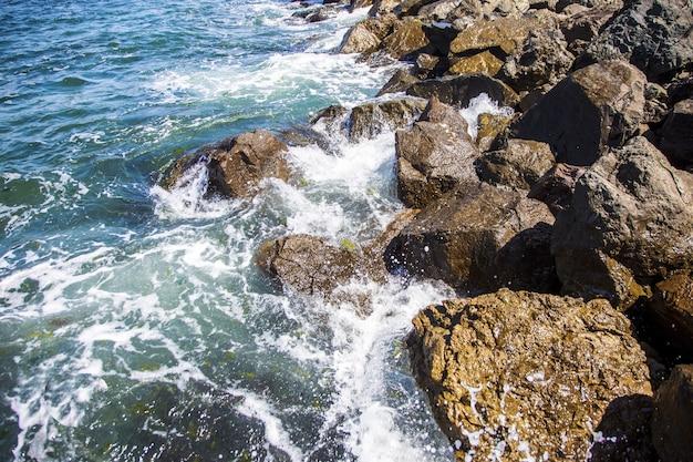 Imagem de pedras no mar com ondas, fundo bonito Foto Premium