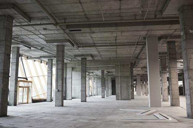 Imagem de plano de fundo de grande angular de um prédio vazio em construção com colunas de concreto, Foto Premium