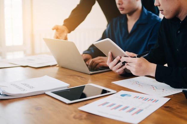 Imagem de trabalho em equipe jovens empresários usando trabalho de papel e computador na reunião Foto Premium
