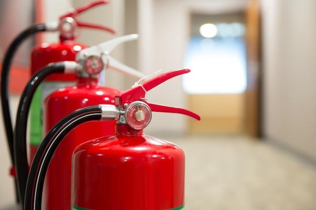 Imagem de um extintor de incêndio com mangueira de incêndio no lado direito prepare-se para a prevenção e prevenção de incêndios. Foto Premium